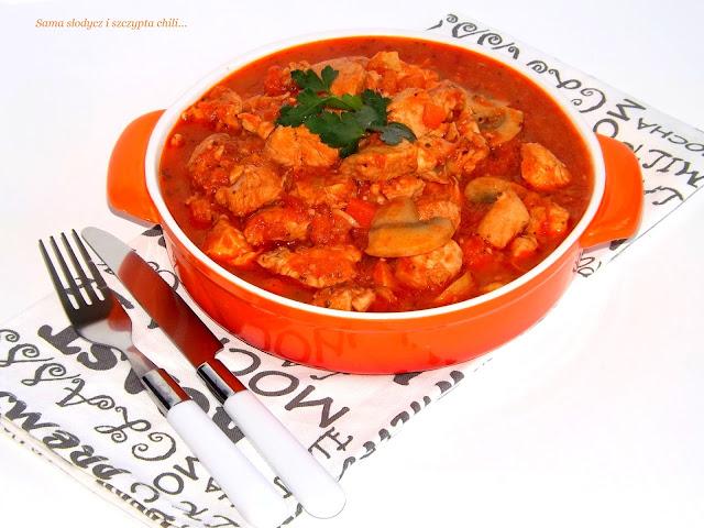 Gulasz z indyka z warzywami i makaronem fusilli tricolore Incola.
