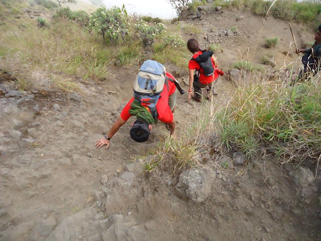 Para pendaki harus lincah menuruni lereng kawah ke danau Segara Anak, kemiringan kawah dari 20 derajat hingga 70 derajat, Gunung Rinjani