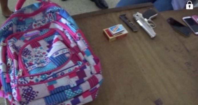 Encuentran arma de fuego en mochila de una estudiante de Jarabacoa