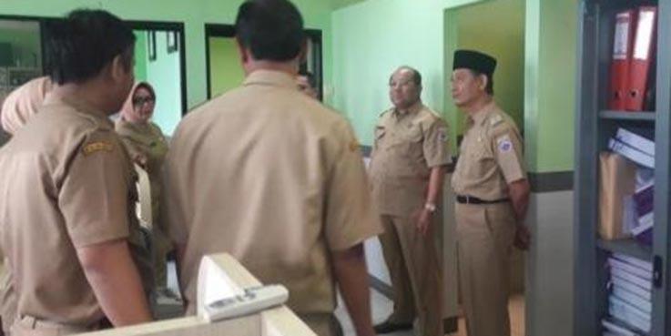 Plt Wali Kota Cimahi Sudiarto saat melakukan inspeksi mendadak (sidak).