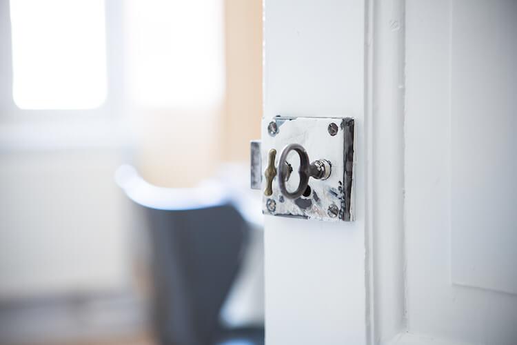 detalle de puerta pintada de blanco
