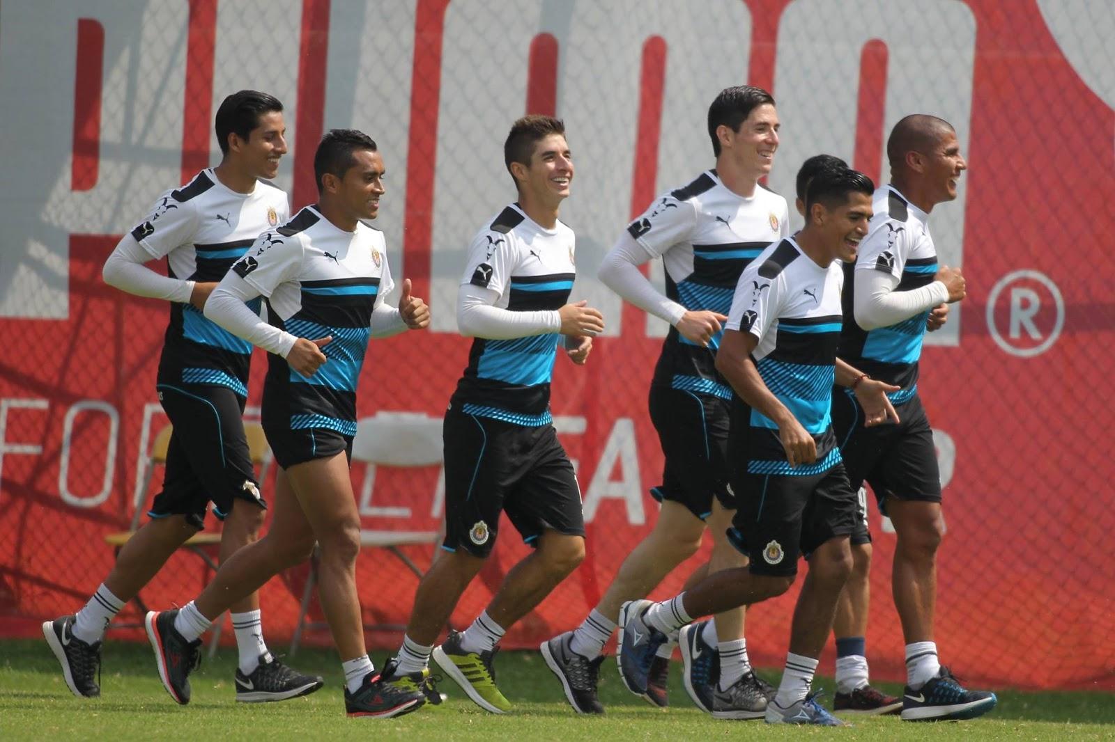 Jugadores de Chivas en el entrenamiento.