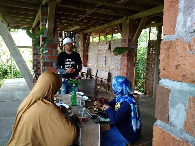 Sebuah Perayaan Makan di Warung Lik Cil