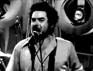 """Mio ritocco di un fotogramma tratto da un'esecuzione dal vivo di """"Linoleum"""" dei NOFX. In foto, il cantante e bassista Fat Mike. Se vuoi vedere il video, il link è alla fine del post. Io non voglio vederlo. Mi urta l'espressione di Fat Mike in questo fotogramma... :S"""