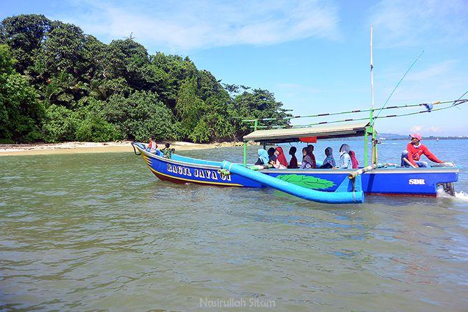 Wisatawan yang berlibur di pulau Nusakambangan