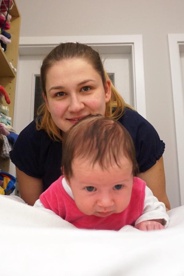 Mama i córka, na brzuszku, gimnastyka maluszka, noworodek, niemowle