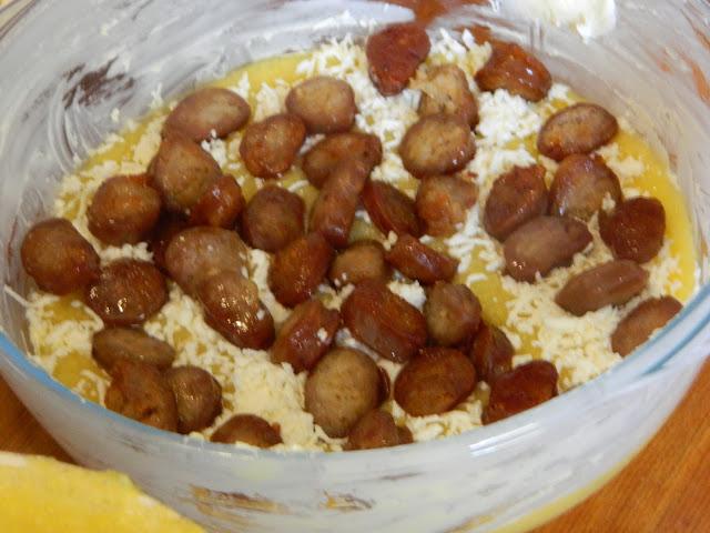 Mamaliga cu carnati si telemea de oaie la cuptor