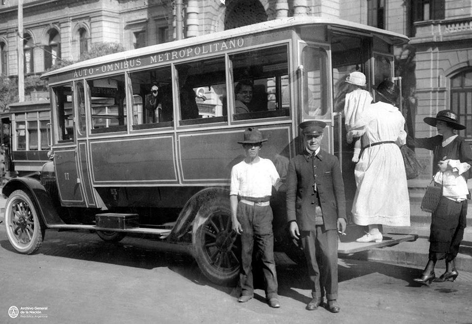 """Fotos Antiguas de Mendoza, Argentina y el Mundo de cada década desde 1880: """"Nuevo medio de transporte en la Metrópoli: el 'ómnibus automóvil'"""". Buenos Aires, 1924."""