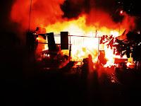 Listrik Padam dan Keluarkan Percikan Api, Kios Warga Di Kalabbirang Dilalap Si Jago Merah
