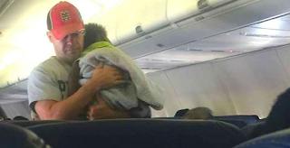 Το Μωρό μιας εγκύου δεν σταματάει να κλαίει στο Αεροπλάνο, Μέχρι που ένας άγνωστος το παίρνει στα χέρια και κάνει κάτι το υπέροχο