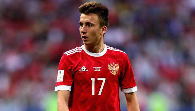 Mẹ Aleksandr Golovin xác nhận con trai đang đàm phán với Chelsea