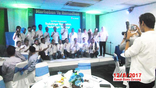 Foto bersama. jajaran direksi XL Axiata Central Region Bandung dengan karyawan
