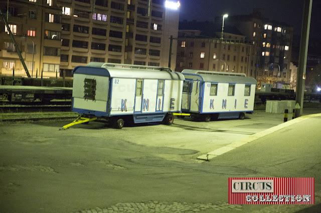 des roulottes attendent d'être charge sur le train du cirque