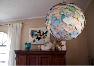 Rangkai kertas-kertas atlas jadi lampu gantung. Cara unik dan ramah lingkungan untuk menggantikan kertas lentera biasa.