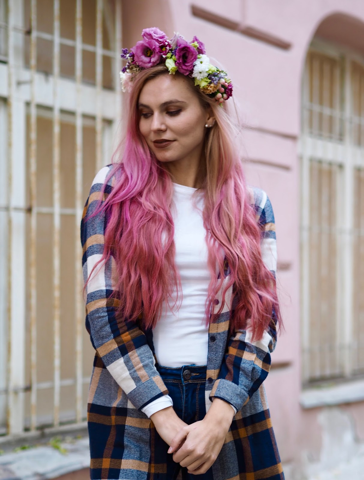 ružové vlasy a kvetová čelenka