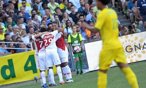 Nantes (áo vàng) không thể giữ được dù chỉ một điểm