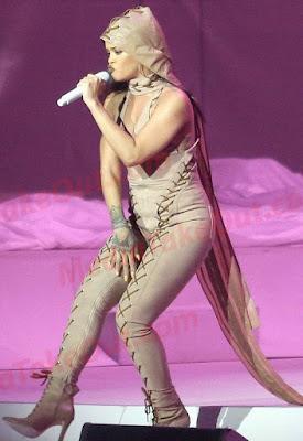 Rih_Preggers1 MTO: Rihanna might be pregnant for Drake or Leo Di Caprio