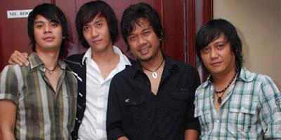 """Biografi Tiket Band   Tiket adalah grup musik Indonesia beraliran pop dan rock yang dibentuk  pada tahun 1999. Kini, anggotanya berjumlah lima orang yaitu Zidni  Hakim (Vocal), Egie Riyadi (Guitar), Arden Wiebowo (Guitar), Opet  Alatas (Bass) dan Ilham Biyahima (Drum). Album pertamanya adalah  Tiketyang dirilis tahun 2001dengan hits Abadilah, Hai Bintang dan  Cinta Yang Lain dengan formasi awal yaitu Aqi Singgih (Vocal), Arden  Wiebowo (Guitar), Teguh Diswanto (Guitar), Opet Alatas (Bass) dan Brian Kresna Putro (Drum).   Karir   Tahun 1999, Fani a.k.a Pano(Drum)(Sekarang menjadi drummer Audy), Opet Alatas (Bass), Arden Wibowo (Gitar), Bontel (Gitar) (sekarang tergabung di grup band FLOAT) membentuk band """"GLOW"""", yang sejalan waktu mengalami bongkar pasang personil mulai dari Cello a.k.a ELLO (Vokal)(Sekarang menjadi Solois), Uphie (Vokal) (Uphie terakhir menjadi vokalis Debrur dan menjadi Designer cover dan Sutradara Video Klip), Penyot (Gitar) (Mantan gitaris SLANK yang sekarang bergabung di COZY REPUBLIC) dan mengalami pergantian nama dari GLOW menjadi JENDERAL, hingga pada tanggal 20 Mei 2000 akhirnya nama """"TIKET"""" menjadi pilihan akhir untuk menjadi nama grup band dengan personel Opet Alatas, Arden Wibowo, Teguh Diswanto serta Oliver pada drum. Audisi pun digelar untuk mencari seorang vokalis. Pada Juli 2000, Ananda"""
