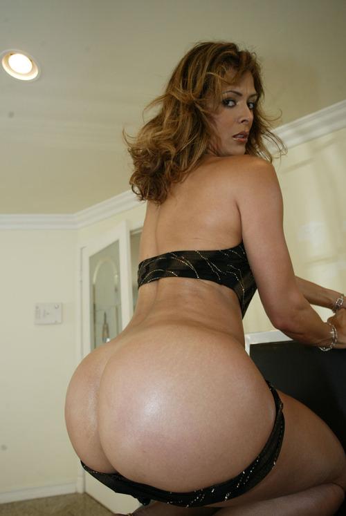 Latina nue sur ebony