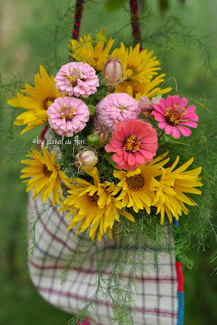 buchet rustic flori de gradina in traista taraneasca ardeleneasca traditional romanian purse with flower bouquet
