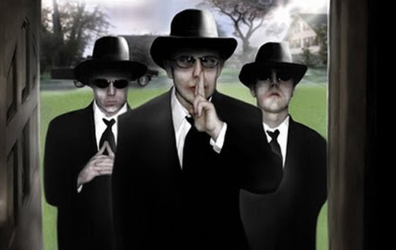 Hombres de Negro (MIB), típicos personajes que suelen aparecer luego de ocurrido un incidente OVNI, con el objetivo de encubrirlo y en muchas ocasiones amenazar a los testigos.