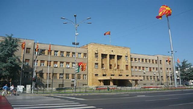 Τα Σκόπια οδηγούνται σε αυτοχειρία