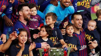 Criançada faz a festa no título do Barcelona (Foto: Reuters)