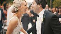 Ein Hochzeitspaar, das sich glücklich in die Augen schaut