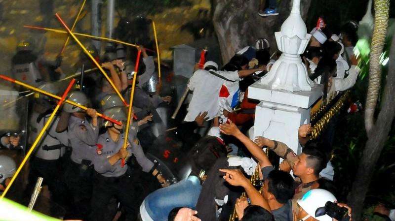 Polisi bentrok dengan massa demo 4 November