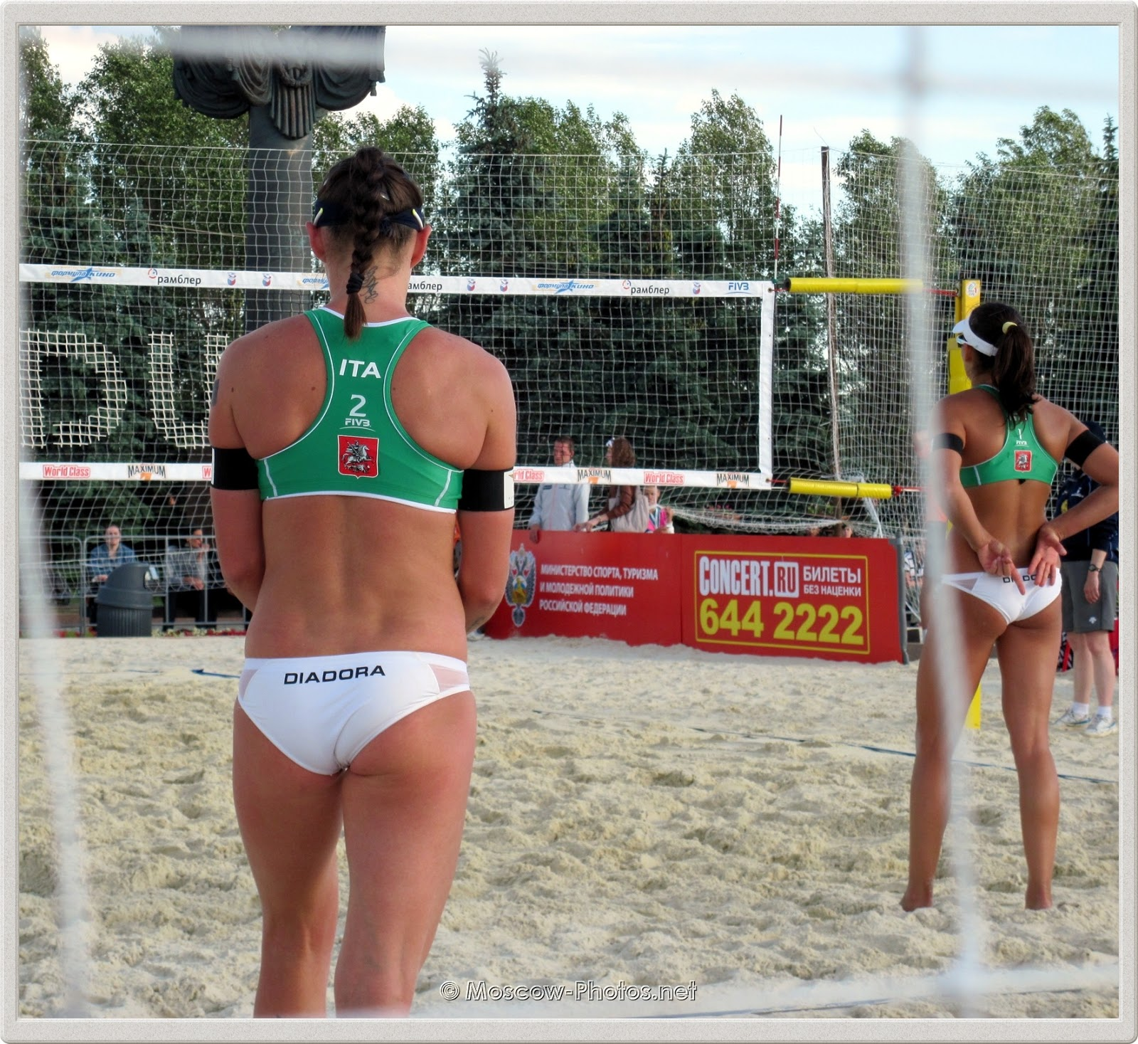 Marta Menegatti (right) shows to Greta Cicolari (left) the upcoming combination