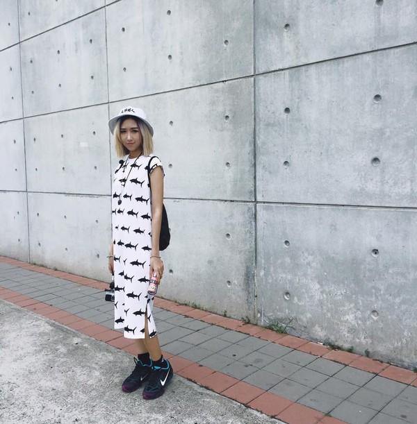 Xem mỹ nữ việt chọn giày Sneaker đế cao bắt cặp hoàn hảo cùng váy h23è