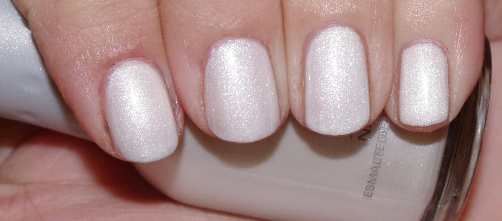 def0180b3f vernis blanc nacré irisé . 2 couches et une de top coat . White shiny polish  . 2 coats and one of top coat .