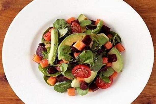 Ensalada de remolacha, aguacate y tomates