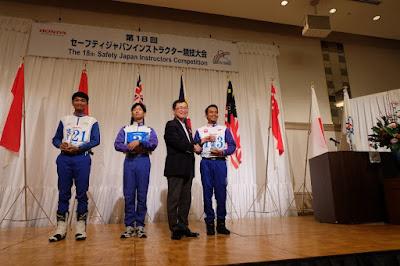 Fendrik Alam Pribadi menerima penghargaan dari Mr. Yoichi Harada, GM of Driving Safety Promotion Center, Honda Motor Co., Ltd