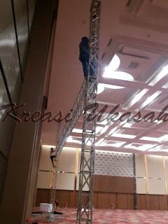 pemasangan rigging gawangan untuk backdrop