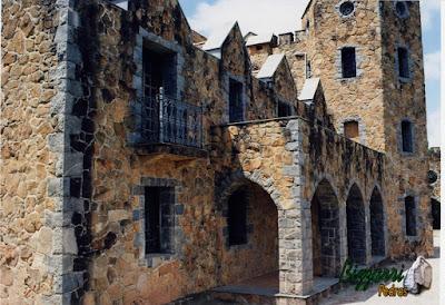 Detalhe da construção do castelo de pedra, com pedra moledo.