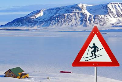Cartel de tráfico indicando un area para esquiar en pistas abiertas en abril en islandia
