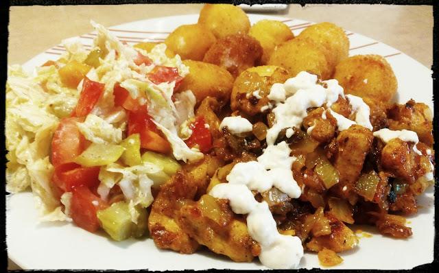 gyros kebab na talerzu kurczak z surowka i frytkami dufinkami kulkami ziemniaczanymi danie obiadowe gyros z frytkami
