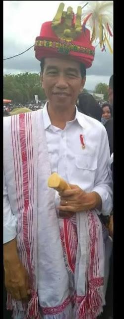 Jokowi dalam pakaian khas sumba