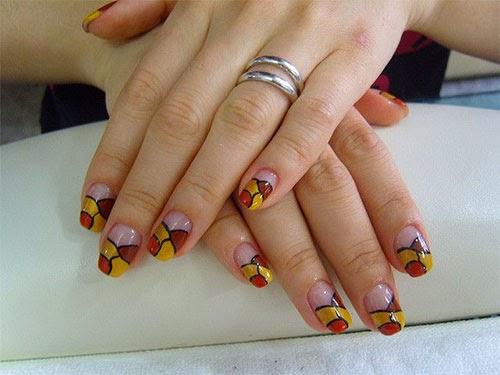 Diseños de uñas con formas artísticas y colores cálidos.
