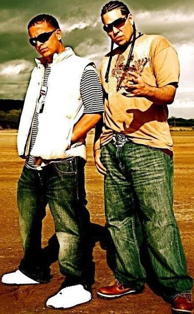 Foto de J-King y Maximan posando parados