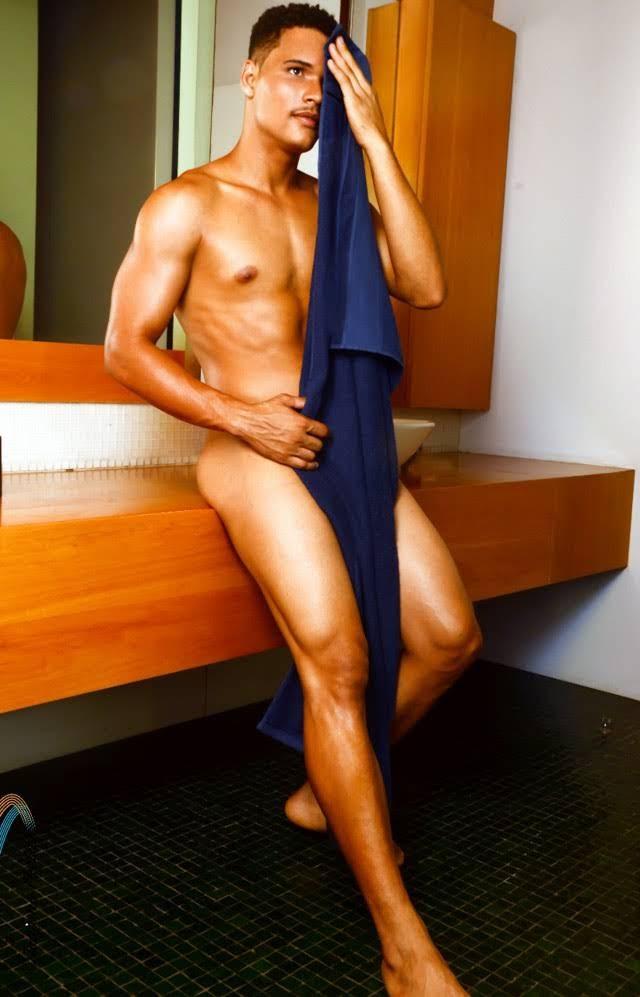 Maciel Santos posa nu para ensaio sensual. Foto: Trajano Fkeller