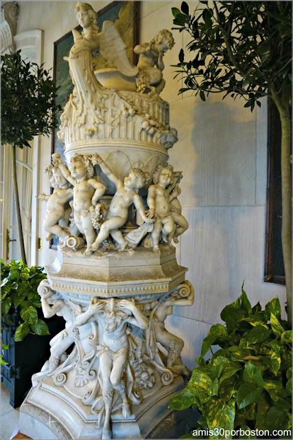 Escultura del Invernadero de la Biblioteca de la Mansión The Elms en Newport