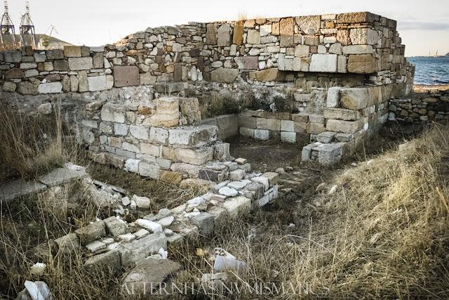 Edificio tardorromano excavado al pie de la torre de flanqueo