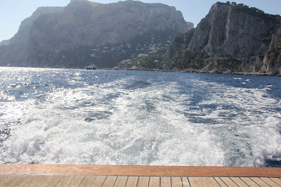 Barco indo para a praia di Luigi