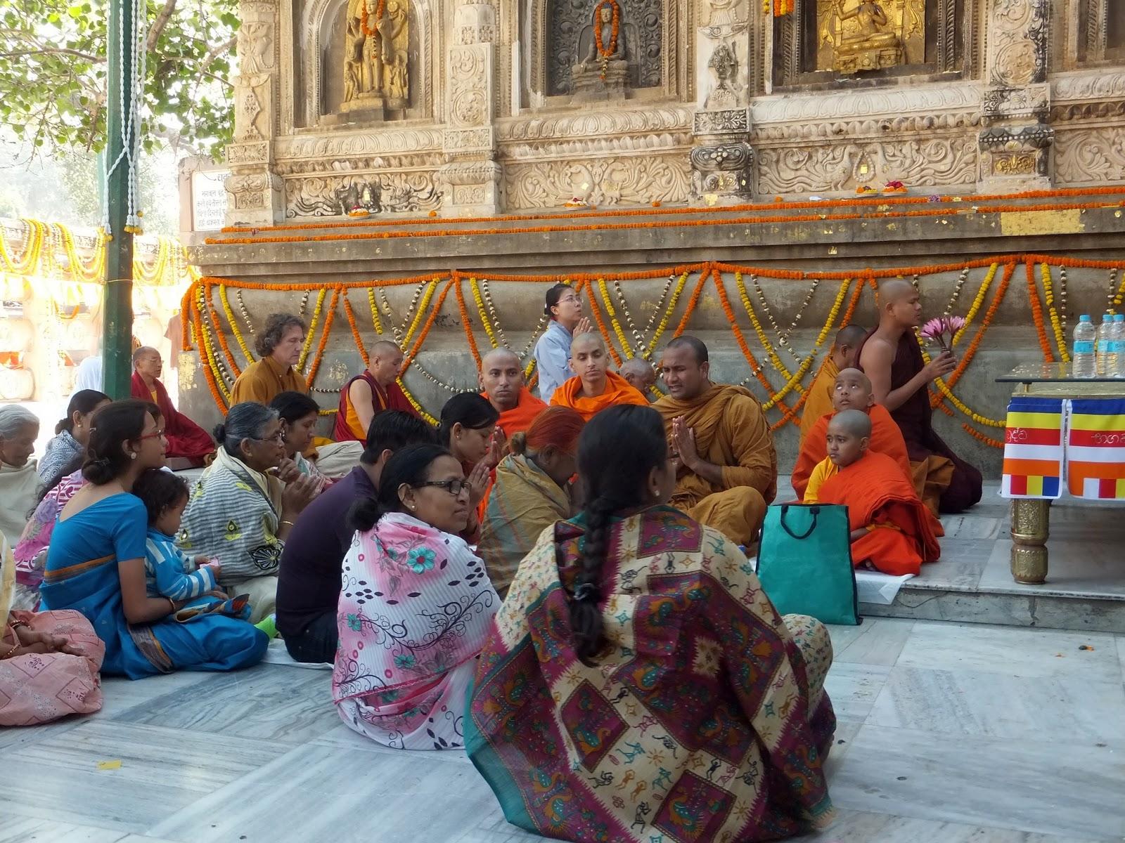 буддистские монахи читают проповедь индусам