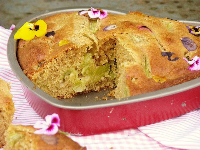 Gâteau moelleux fait maison à la thubarbe et aux fleurs