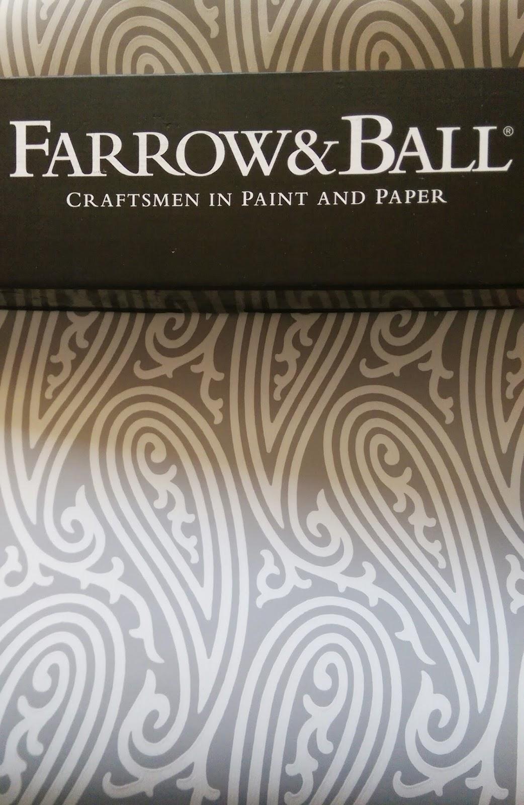 Grey & White Paisley Pattern Wallpaper
