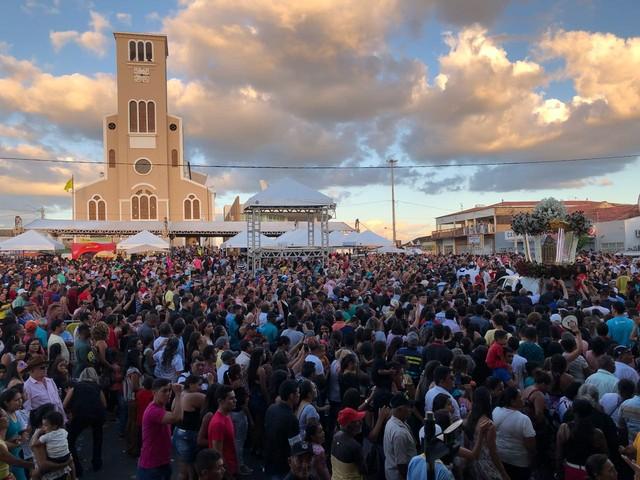Milhares de fiéis participam da procissão de Santa Rita de Cássia em Santa Cruz