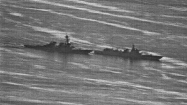 Tàu chiến Trung Quốc (phải) áp sát tàu khu trục USS Decatur của Mỹ ở Biển Đông